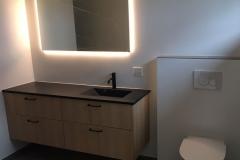 Vaskskab-med-toilet-og-spejl